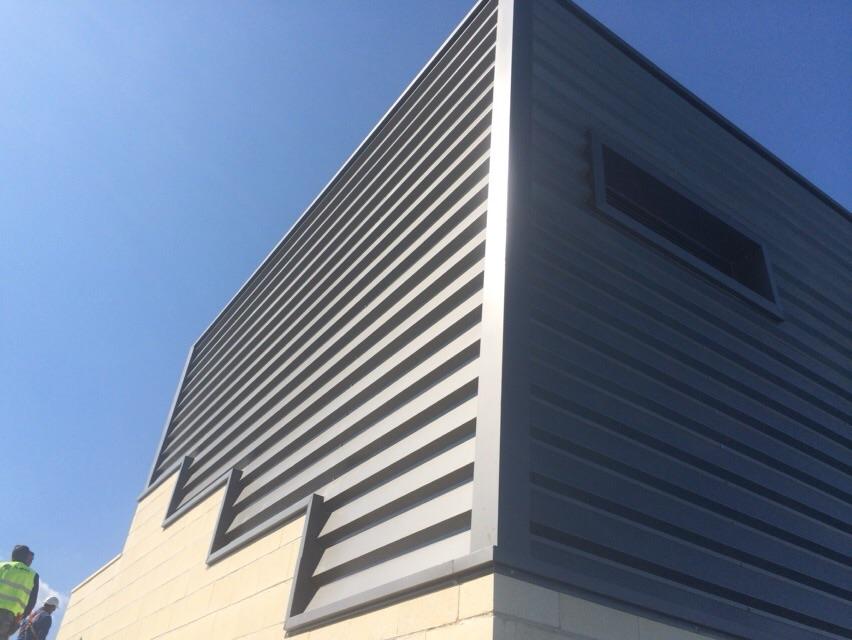 Fachada exterior del polideportivo de Baza, en cuya obra participa Cubiertas Diansa