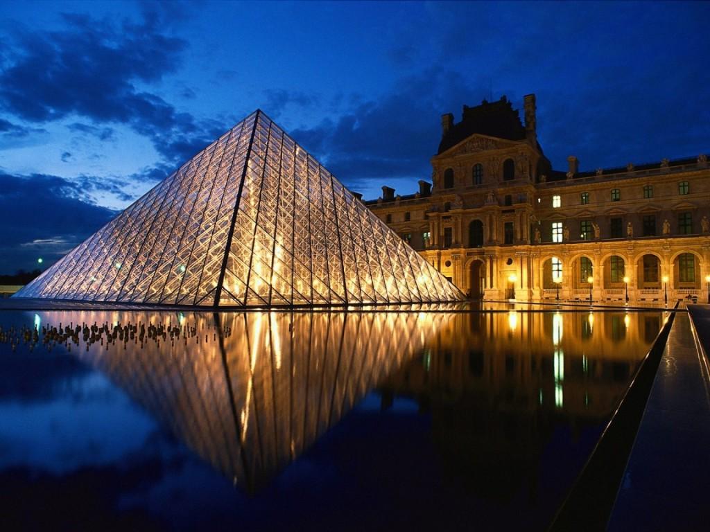 Arquitectura y fachada de la piramide del louvre