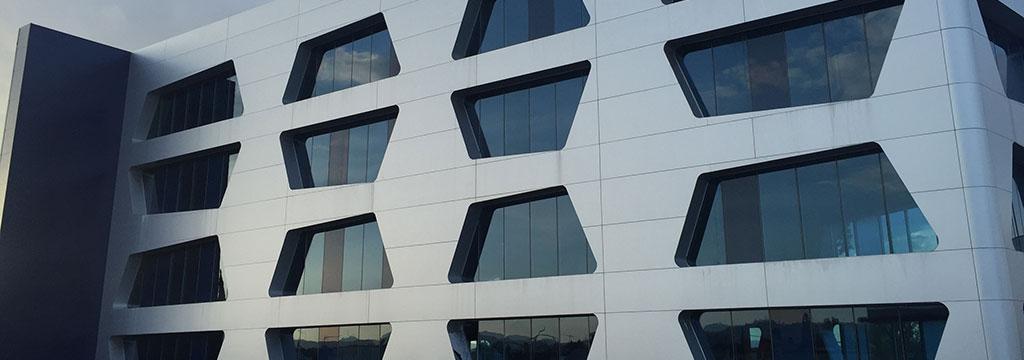 fachada con paneles composite