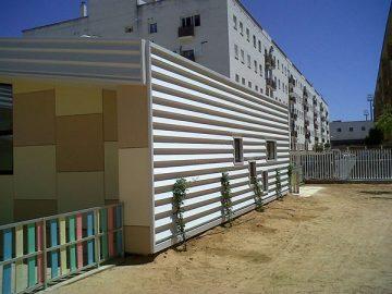 Fachada de chapa de escuela infantil de Isla Cristina