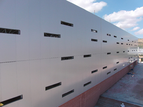 Fachada de panel del Polideportivo de Antequera