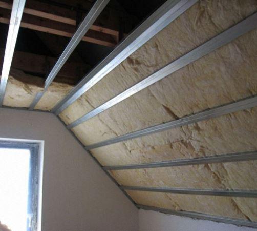 aplicación de uno de los tipos de lana de roca en el techo